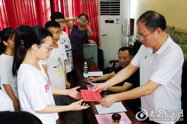 (冷水江市总工会党组书记肖平发放救助金。)DSC_7162
