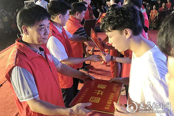8月27日晚,伍龙光、陈应斌等带头捐款并颁发特别助学金。熊又华 摄DSC_7197-