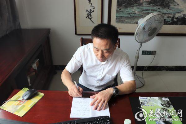 农友集团董事长刘若桥跟着电脑软件学英语口音并认真做笔记