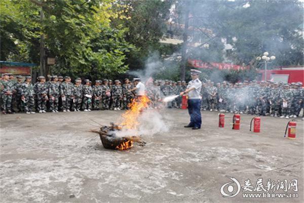 20190830湖南 冷水江大队开展消防宣传进军训活动1