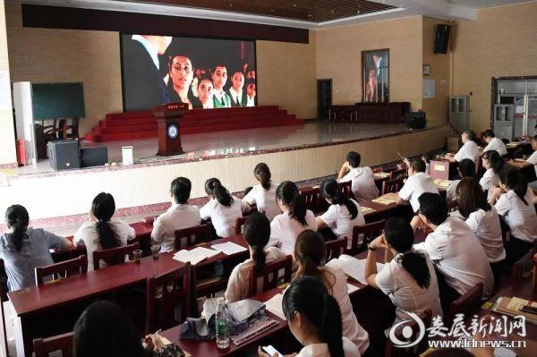 观看电影《嗝嗝老师》