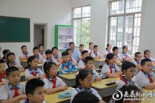 校领导与同学们一同观看《五星红旗 我为你自豪》1