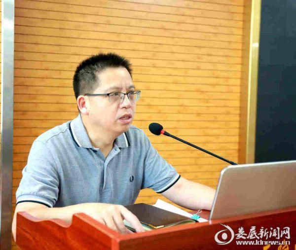 我院党委书记吴小阶为学生授课