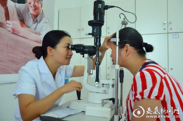 娄底爱尔眼科医院焕晶白内障专家唐玖鸿为彭大姐做术后复查