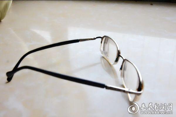 彭彦大姐焕晶白内障手术后摘掉随身陪伴她多年的近视眼镜