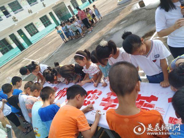 新田学校学生写上对老师的感恩与祝福