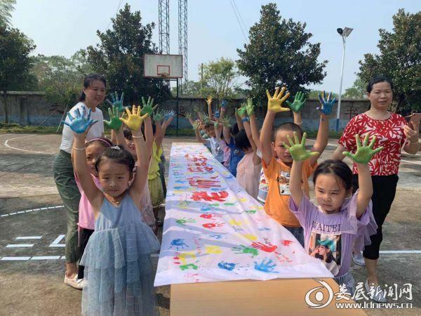 新田学校师生一起完成横幅彩绘
