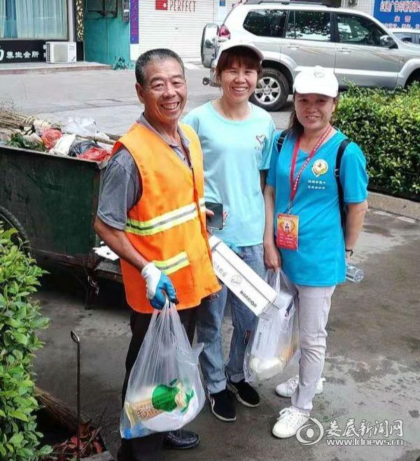 志愿者人民路在慰问环卫工人