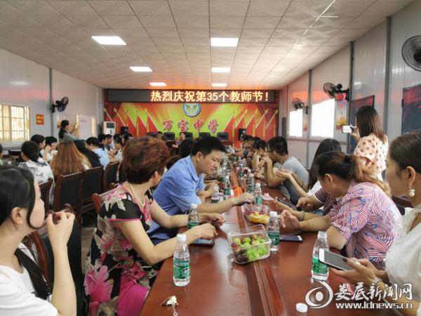 万宝镇:情系教师节 慰问暖人心