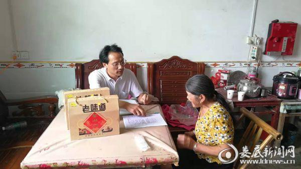 扶贫队员在学习交流