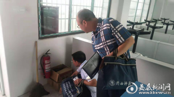 新化县教育局领导到石冲口镇进行两项督导评估迎检工作督查