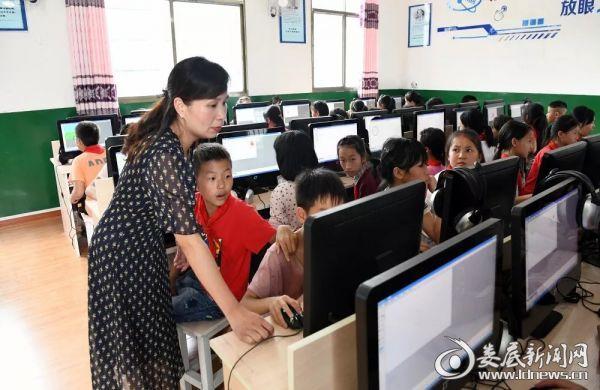 刘琼老师为孩子们上了一堂有趣的计算机绘画课《可爱的小鸡》.