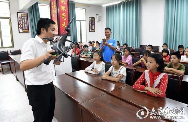 张蔚玮老师与同学们一起探讨了人工智能的应用.
