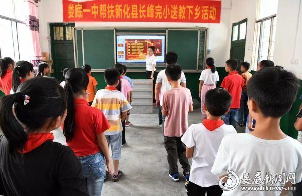 刘甜老师为孩子们上了精彩的舞蹈活动课《为你鼓掌》.