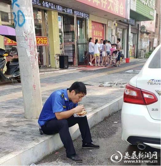 """(有一种感动叫中秋节""""我""""在执勤路边吃着快面)"""