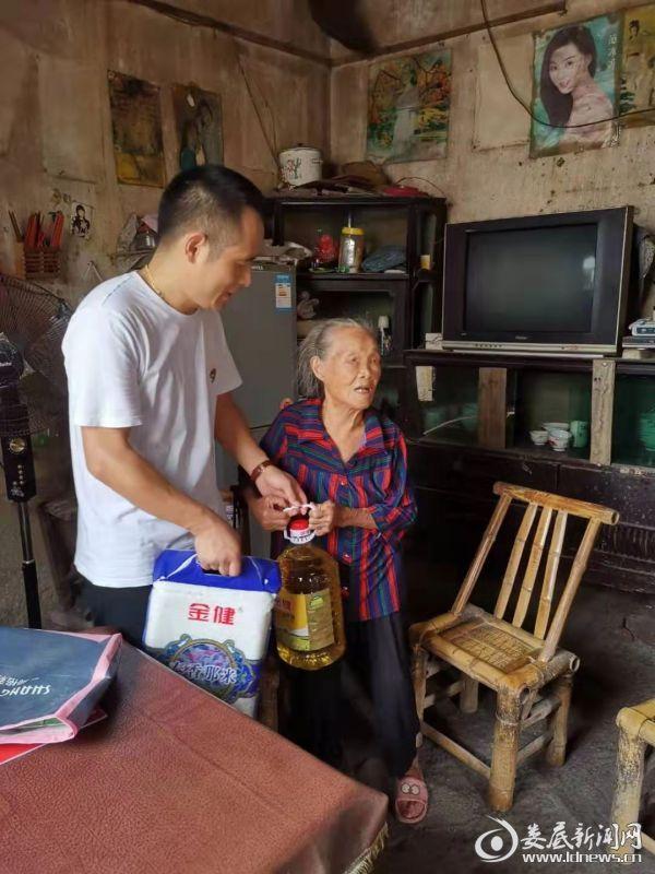 (区妇联常驻队员、第一书记彭程(左)走访慰问贫困户)