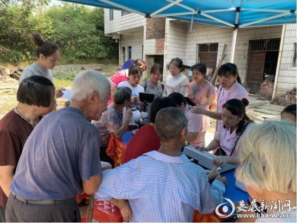 冷水江市社工携手南门药店开展义诊下基层服务群众活动