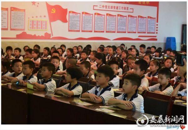 近视防控从坐姿开始,冷水江市二中的孩子们端正坐姿开始听讲了