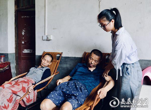 王伊萍和养父、叔叔