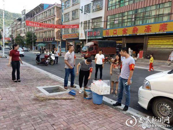 2.在伏口镇市场路附近清理路边的杂物