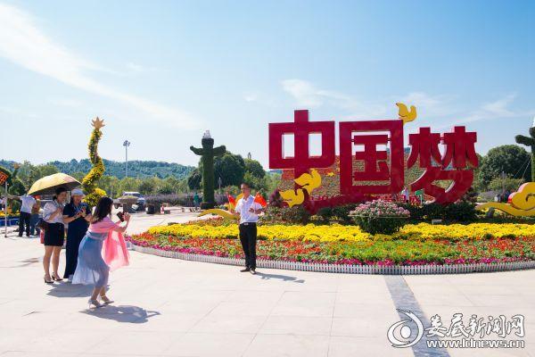 市民在孙水公园国庆展区前留影