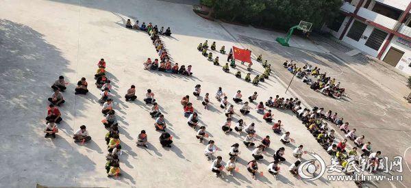 """双峰县金蚌中学开展""""我和国旗合个影""""教育活动"""