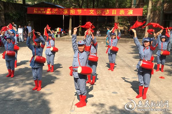 老年腰鼓队表演腰鼓《没有共产党就没有新中国》熊又华 摄DSC_7462-