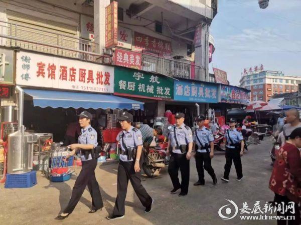 涟源市公安局开展步巡 确保国庆期间安全稳定