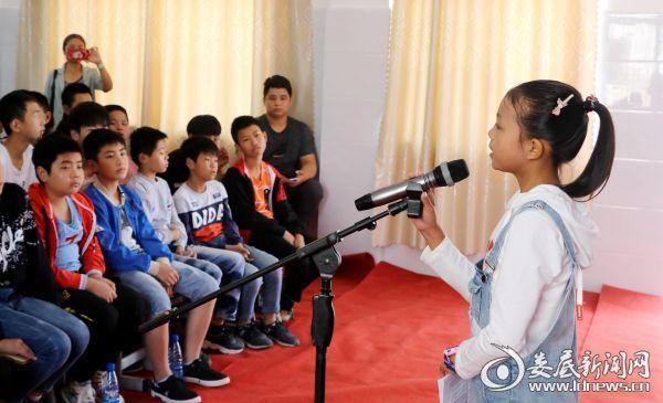 """2019年9月29日,湖南省涟源市桥头河镇中心学校的学生进行""""学宪法 讲宪法""""演讲比赛。"""