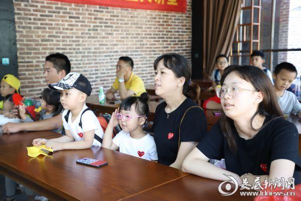 游客自发前来,与村民同升国旗,接受红色主题文化教育
