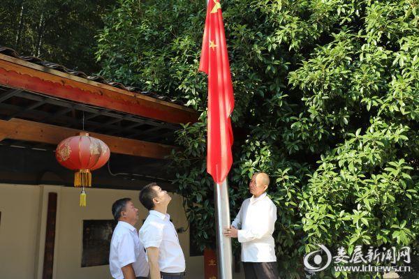升旗的是陶龛书院创办人黄良生,今年70岁,与祖国同岁