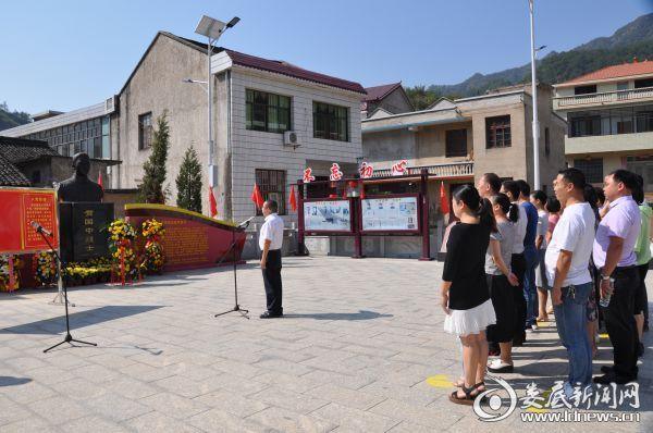 图为市中心血站全体党员干部在书记、站长王良华的带领下重温入党誓词