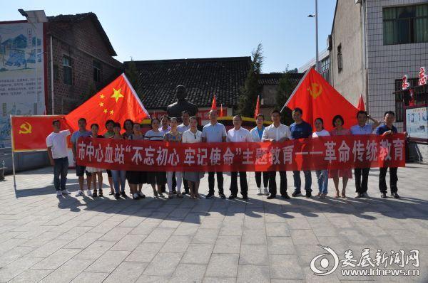 图为市中心血站全体党员在贺国中铜像前合影