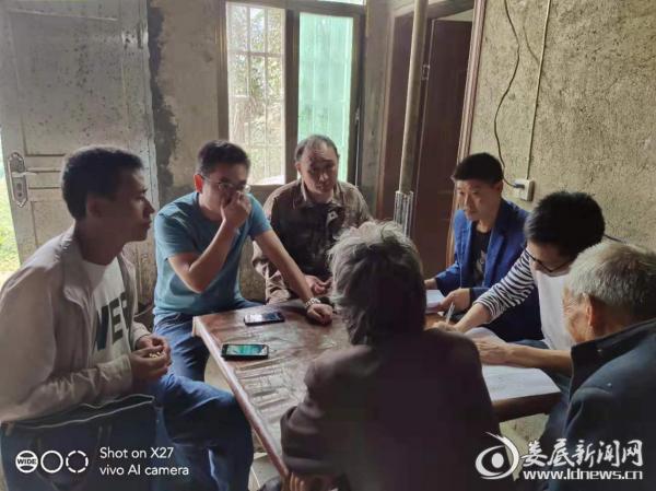 石冲口镇党委委员刘志飞等深入辖区开展劝返复学工作