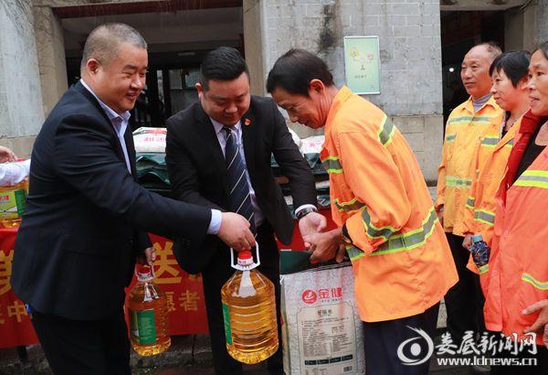 志愿者为环卫工人送去了食用油、米等生活物资