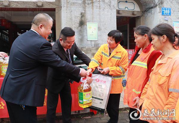 志愿者为环卫工人送上食用油、米等生活物资
