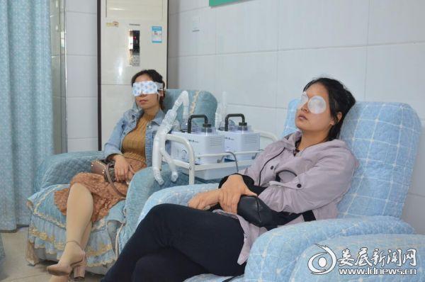 李女士和其他干眼患者进行干眼SPA诊疗