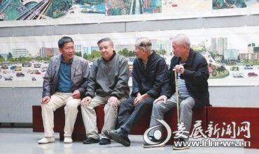 几位老人相约来到展厅,长卷里的沧桑巨变让他们感慨不已。