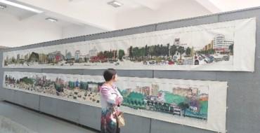 一位观画者在百米长卷前久久驻足 吴穗宁 摄