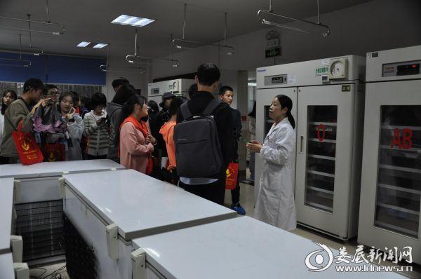 图为供血科肖莉主任(右一)正在给学生讲解血液相关知识