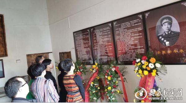 与会人员参观李聚奎上将故居