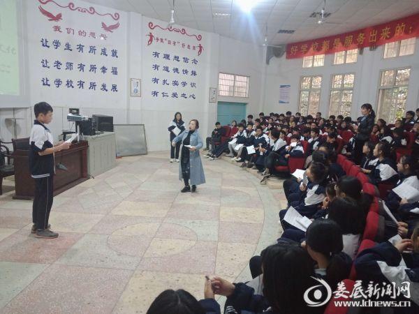 老师正在为学生们教学