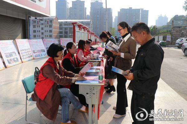 娄底吉星小学和南垅社区志愿者开展创文入户宣传