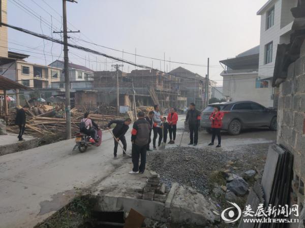 新化县老屋村村民积极让地修路