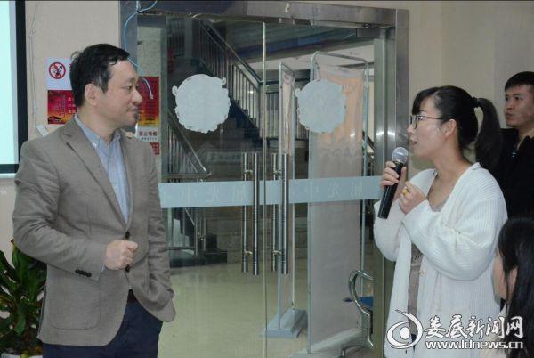 上海爱尔眼科医院院长蔡劲锋现场与观众互动 为近视朋友答疑解惑