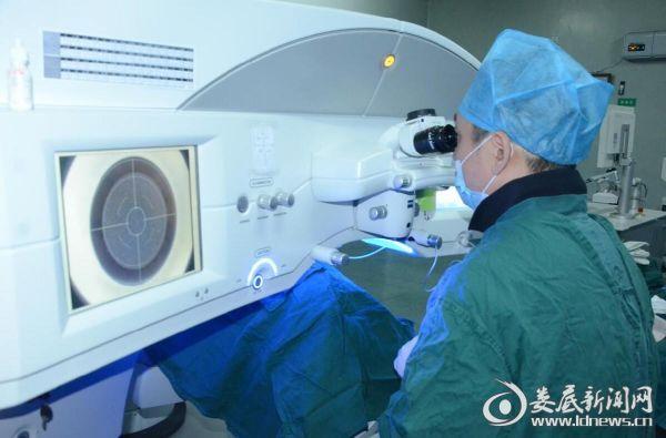 上海爱尔眼科医院院长蔡劲锋在娄底爱尔眼科为近视朋友开展全飞秒手术