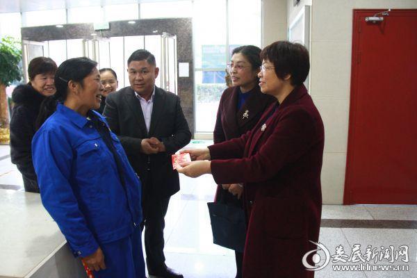 (市中心医院工会主席戴芳英(右一)到健康管理中心当面表扬谭志香,并给予奖金奖励)