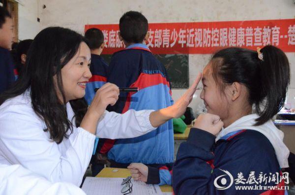 民盟娄底眼科医院支部组织委员唐玖鸿为青少年排查眼疾