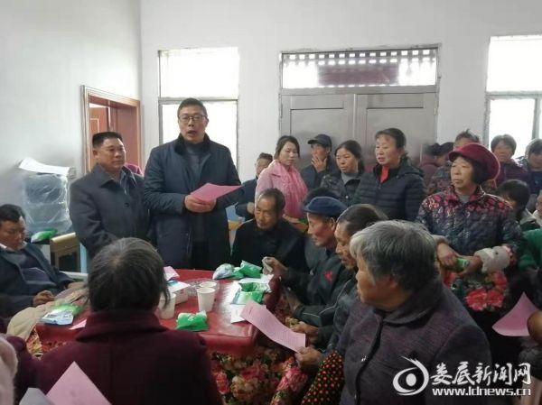 """图为工作队队长邹海贵讲解""""给村民的一封信"""""""