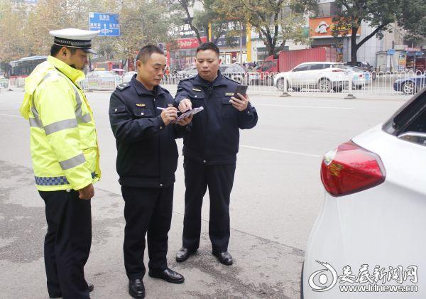 (市交警支队与城管部门执法人员正在对非法占道、乱停乱放车辆违进行查处)